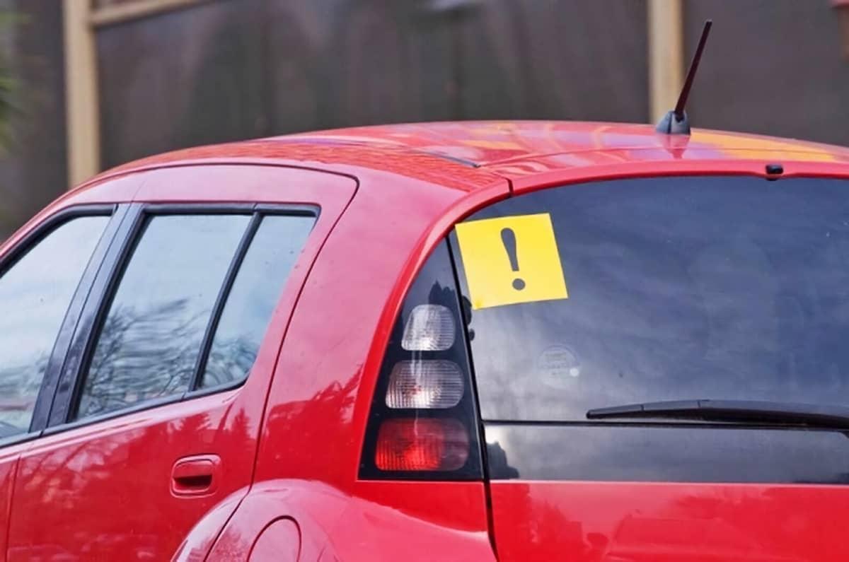 С какой стороны клеить знак на машину