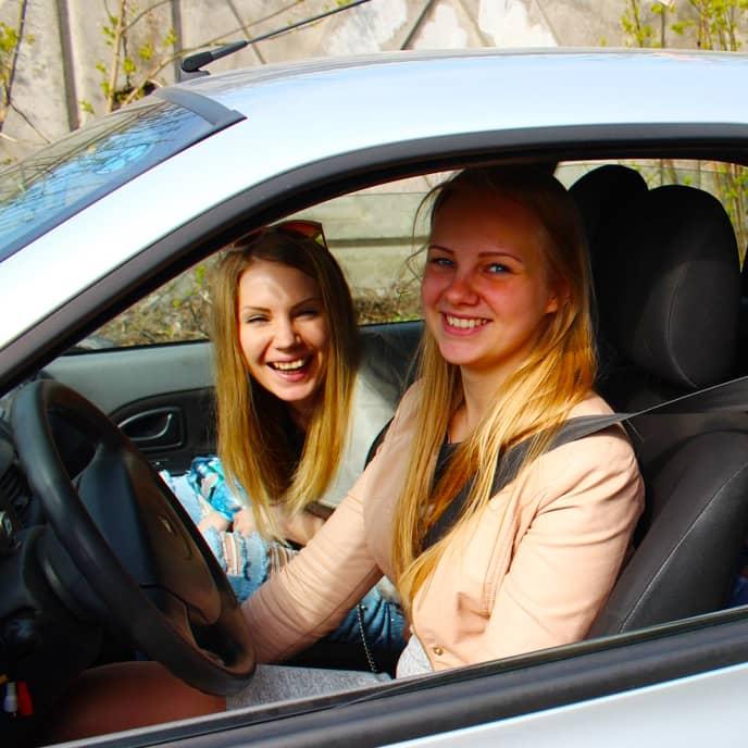 Девушки за рулем автомобиля