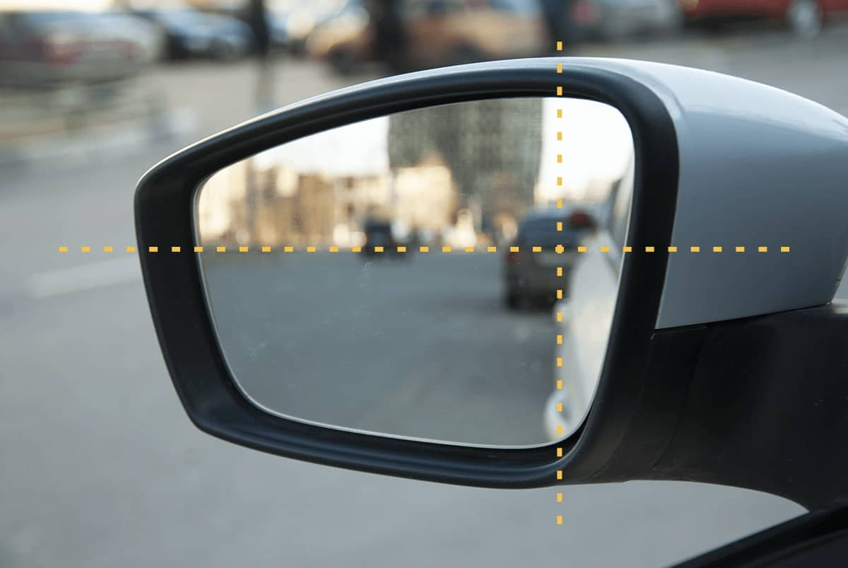 Правильно настроенное боковое зеркало автомобиля