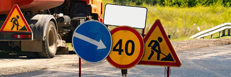 Знак ограничения скорости с желтым фоном