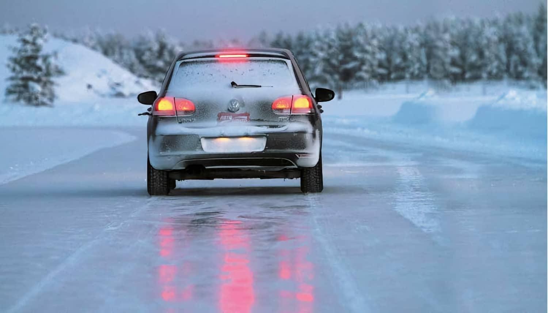 Торможение на скользкой дороге